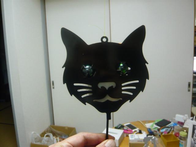 暗い中で人が動くと笑う猫の顔