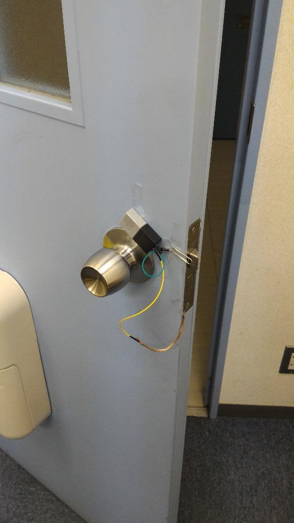 ドアを開けると作動する防犯カメラ