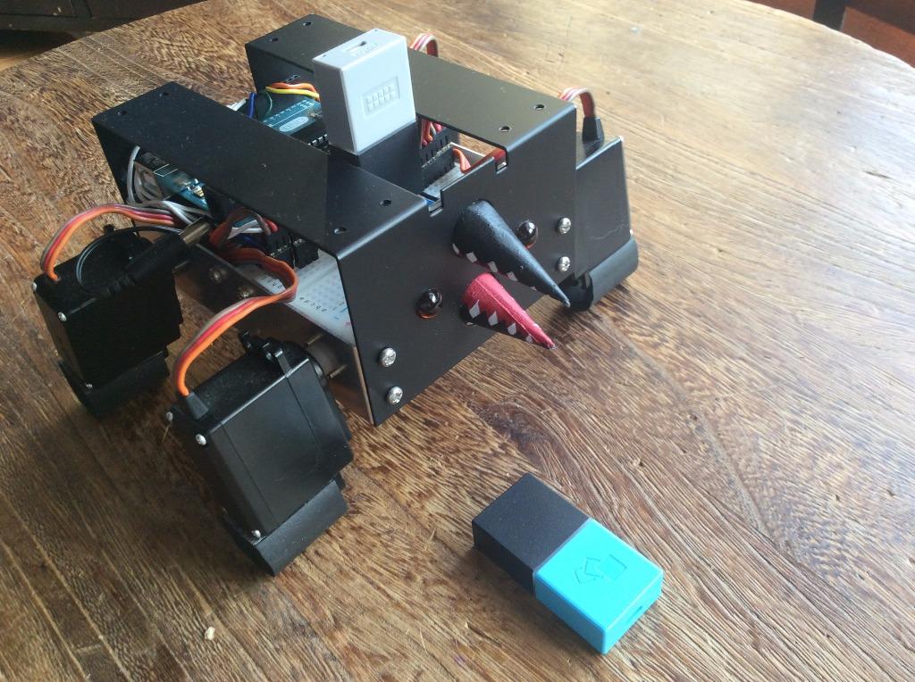 動きタグの向きで操縦する4足歩行ロボット