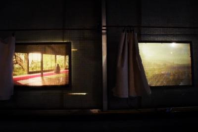 カーテンを開けると風が吹く窓のような写真